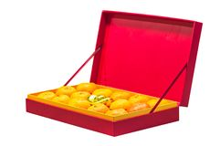 Fruta anaranjada en caja roja Foto de archivo