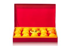 Fruta anaranjada en caja roja Fotos de archivo