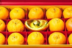 Fruta anaranjada en caja roja Foto de archivo libre de regalías