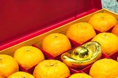 Fruta anaranjada en caja roja Imagen de archivo libre de regalías