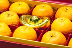 Fruta anaranjada en caja roja Imagen de archivo