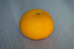 Fruta anaranjada en de madera Foto de archivo