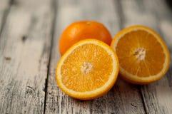 Fruta anaranjada en el fondo de madera de la tabla, cierre para arriba, horizontal Imagenes de archivo