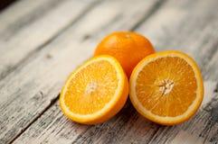 Fruta anaranjada en el fondo de madera de la tabla, cierre para arriba, horizontal Foto de archivo libre de regalías
