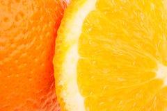 Fruta anaranjada entera y sus segmentos aislados encendido Imagen de archivo libre de regalías