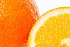 Fruta anaranjada entera y sus segmentos aislados encendido Fotos de archivo libres de regalías