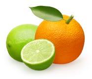 Fruta anaranjada fresca entera con la hoja, la cal y medio verdes Fotos de archivo