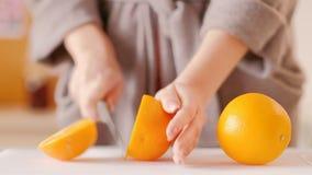 Fruta anaranjada orgánica fresca de los hábitos sanos de la mañana almacen de metraje de vídeo