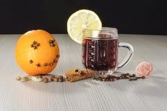 Fruta anaranjada sonriente y vino candente de la Navidad Fotos de archivo