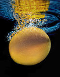 Fruta anaranjada subacuática con las burbujas del agua Foto de archivo libre de regalías