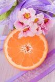 Fruta anaranjada y flor rosado Imagen de archivo