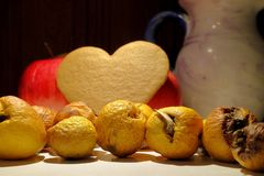Fruta arrugada y parcialmente putrefacta del membrillo en una encimera de la cocina imágenes de archivo libres de regalías
