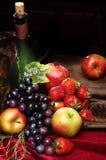 Fruta brillante jugosa, asperjada con agua, aún la vida de frutas estacionales y las bayas, copyspace, vida clásica del holandés  Imagenes de archivo