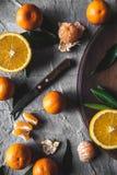 Fruta cítrica en la tabla: mandarín, mandarina con un cuchillo Frutas jugosas orgánicas frescas foto de archivo