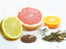 Fruta cítrica, hierbas del té verde y cosméticos naturales de las semillas del seagrass en un fondo blanco foto de archivo libre de regalías