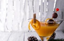 Fruta cítrica martini en un vidrio del Año Nuevo Fotografía de archivo libre de regalías