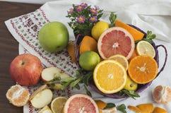 Fruta cítrica mezclada en la cesta Imagen de archivo