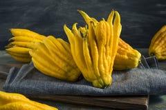 Fruta cítrica orgánica amarilla de la mano de Buddhas Fotografía de archivo