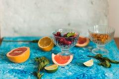 Fruta cítrica y limonada en la tabla en verano imágenes de archivo libres de regalías