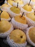Fruta china de la pera envuelta en amortiguar de la espuma disponible en estantes en supermercados foto de archivo libre de regalías