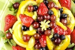 Fruta clasificada esmaltada elegante en la torta Imagen de archivo libre de regalías