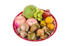Fruta clasificada, postre en la bandeja para la celebración china del Año Nuevo aislada Imagenes de archivo