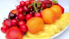 Fruta clasificada, vida de la fruta aún, bayas frescas y fruta en la tabla almacen de metraje de vídeo