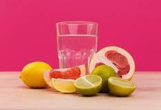 Fruta cortada en una tabla con agua Imagen de archivo