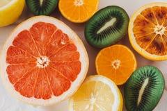 Fruta cortada en una tabla de la familia Foto de archivo