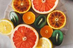 Fruta cortada en una tabla de la familia Fotos de archivo