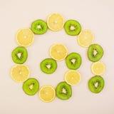 Fruta cortada Figura geométrica de frutas Visión superior Foto de archivo