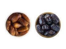 Fruta da tâmara isolada em um fundo branco Bacia de datas secadas isoladas no fundo branco Datas secadas com espaço da cópia para Foto de Stock
