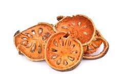 Fruta de Bael secada y x28; Marmelos& x29 de Aegle; aislado en el fondo blanco Imagen de archivo