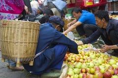 Fruta de compra Fotos de archivo