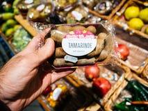 Fruta de compra del tamarindo del hombre Fotos de archivo