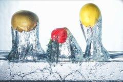 Fruta de congelación en agua fría Fotos de archivo libres de regalías