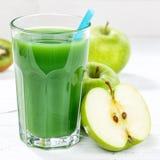Fruta de cristal de la fruta del smoothie del jugo de la manzana del kiwi del cuadrado verde de la espinaca Fotos de archivo