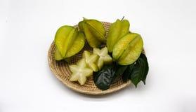 Fruta de estrella en cesta en el fondo blanco Fotografía de archivo
