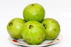 Fruta de guayaba fresca entera en el fondo blanco Fotos de archivo libres de regalías