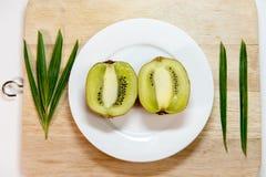Fruta de kiwi aislada en bloque y el decoratio blanco de la decoración del plato Imágenes de archivo libres de regalías