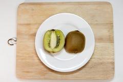 Fruta de kiwi aislada en bloque y el decoratio blanco de la decoración del plato Imagenes de archivo
