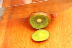 Fruta de kiwi cortada en un árbol en círculos hasta el extremo Imágenes de archivo libres de regalías