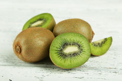 Fruta de kiwi en el fondo de madera blanco Fotos de archivo libres de regalías