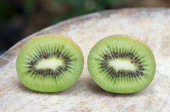 Fruta de kiwi en el vector de madera Fotos de archivo libres de regalías