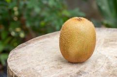 Fruta de kiwi en el vector de madera Fotografía de archivo