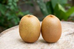 Fruta de kiwi en el vector de madera Foto de archivo