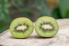 Fruta de kiwi en el vector de madera Fotos de archivo