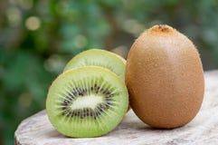 Fruta de kiwi en el vector de madera Foto de archivo libre de regalías