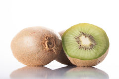 Fruta de kiwi en un fondo blanco Fotos de archivo libres de regalías