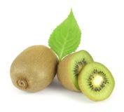Fruta de kiwi entera y sus segmentos cortados Imagen de archivo libre de regalías